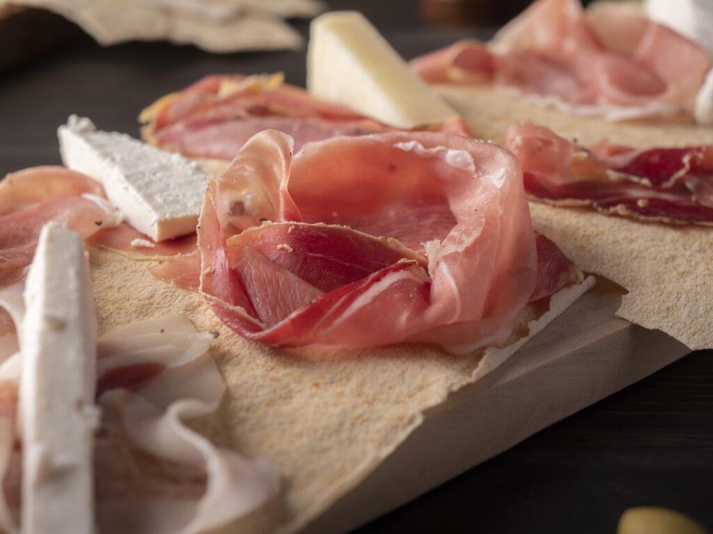 Taglieri con formaggi tipici e salumi sardi